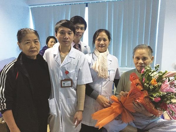 Bác sĩ thăm hỏi và động viên bệnh nhân ung thư