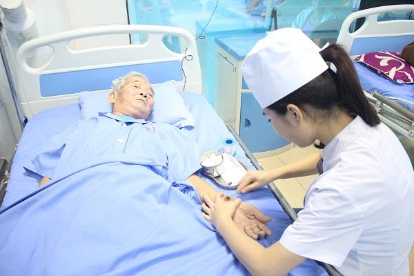 Điều dưỡng chăm sóc bệnh nhân