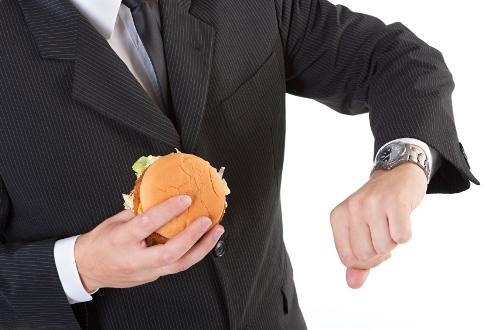 Thay vì vừa ăn vừa chạy, mỗi người nên dành ít nhất 20 phút cho mỗi bữa ăn tại bàn chỉnh tề, để ăn chậm, nhai kỹ. Ảnh: slimband.com