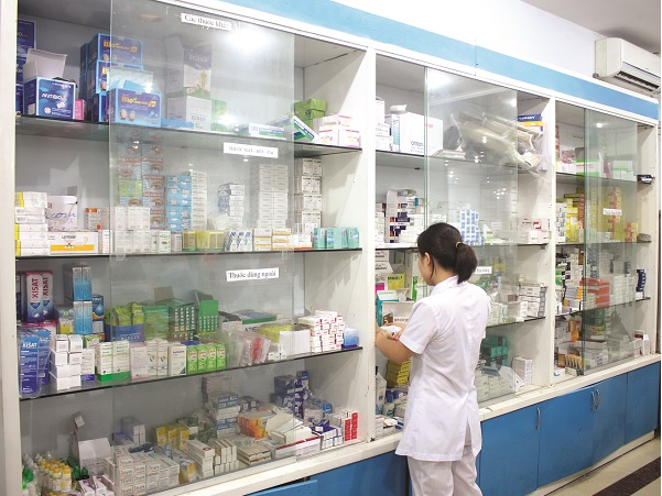 Dược sĩ đang kiểm tra số thuốc