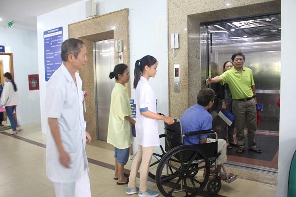 Điều dưỡng giúp bệnh nhân vào thang máy
