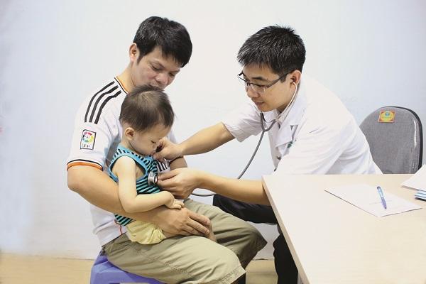 Bác sĩ khám chữa bệnh cho trẻ