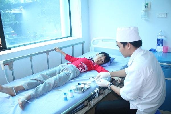 Bác sĩ tận tình khám chữa bệnh cho trẻ