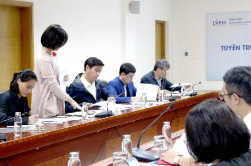 PGS.TS Ngô Thanh Tùng và các bác sĩ Bệnh viện K trao đổi với lãnh đạo Bệnh viện hữu nghị Lạc Việt